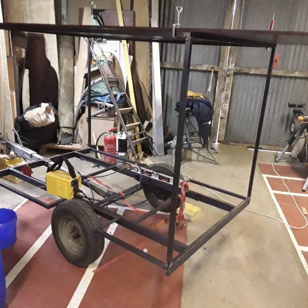 Coulisses: après avoir redimensionné le chassis de la remorque, la structure métallique vient d'être soudée.