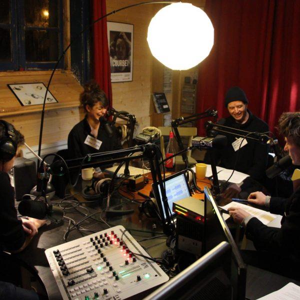 Coulisses: enregistrement de l'emission FM fictive du spectacle dans les studios de Radio Univers.